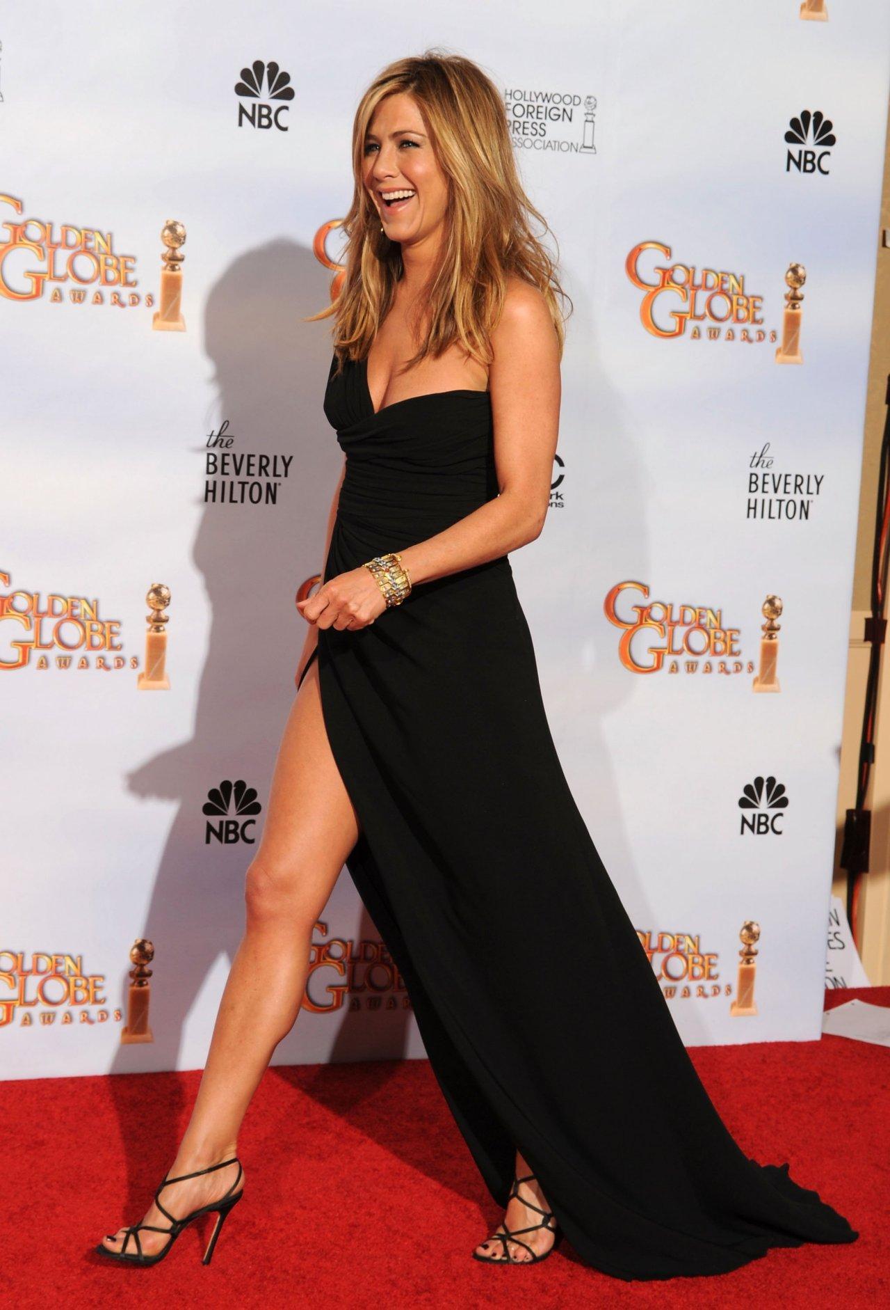 Ecco le caviglie più sexy, quelle di #JenniferAniston. L'arma di seduzione delle donne qual è secondo voi? @paolopiva http://t.co/wAmiRv8fxs