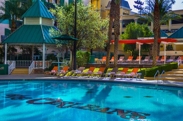 RETWEET if you'd rather be spending your #Monday on one of these pool chairs #SVF14 #Vegas  http://t.co/qUFVuQaDsi http://t.co/BRwA51KkVc