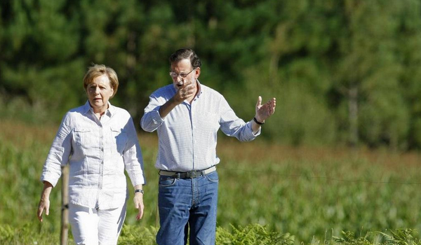 Rajoy, que no habla inglés ni alemán (apenas habla castellano) explicando cosas con vehemencia a Angela Merkel. LOL. http://t.co/oIriATIOCp
