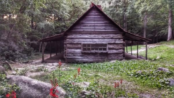 the abandoned Ogle House. #gatlinburg #tennessee http://t.co/cJmBvJ331X