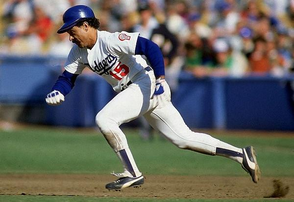 This date 1975 #Dodgers Davey Lopes steals his major league record 38th consecutive base. http://t.co/Xis48wJZHD
