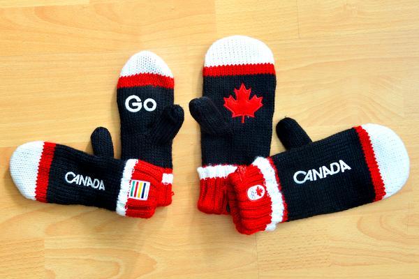 2015年度の新しいデザインのカナダのミトンが販売され始めました! 今までは赤のミトンだったのですが、2015年は紺と赤で、右と左の手のひらにあたる部分のデザインが違うのも可愛い!ちなみにベイ・デパートで売っています。 http://t.co/6UsywzgIOu