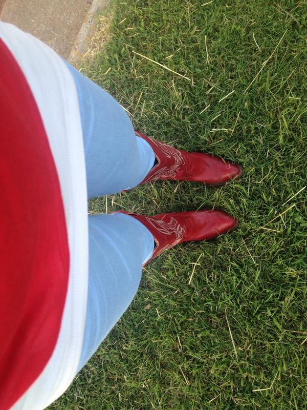 Ashley Kringen (@Ashleykringen): It's a great day at work when I get to wear my boots!Thoroughbred Race season kicks off at 6 p.m.Frid @RemingtonPark http://t.co/oK2KqcOgcN