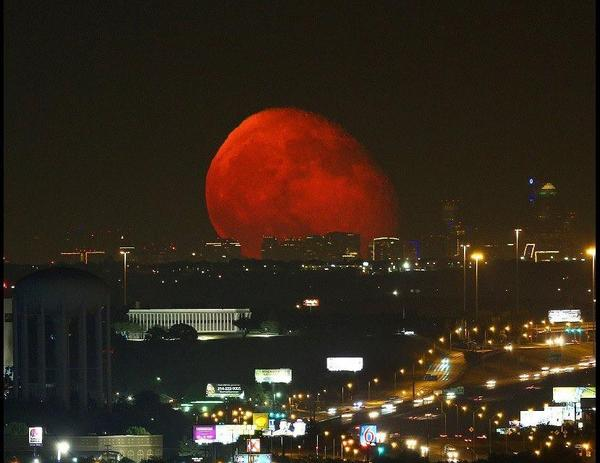 RT @AndrewGortonWx: Stunning picture of the moon rising over Fort Worth, Texas last night! Photo courtesy: WFAA and Brian Luenser. http://t.co/8UTYxz3A0Z