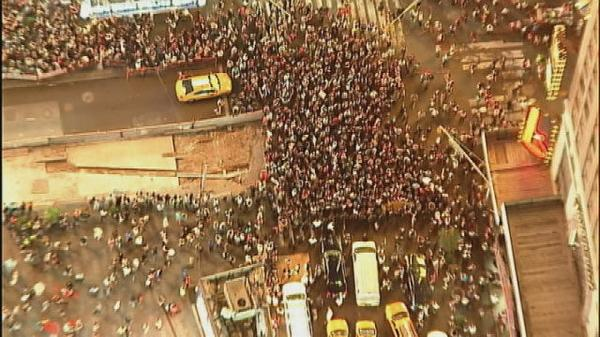 Protesters rally in NYC in solidarity with Ferguson http://t.co/iRO2PdOpaG http://t.co/Oiw058sosI