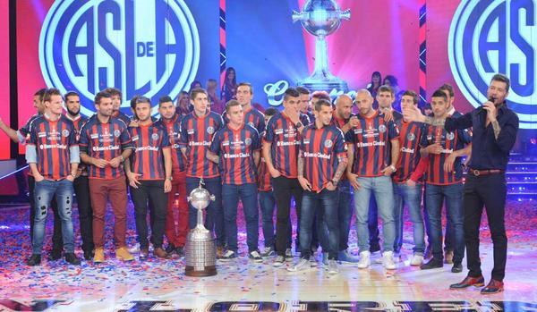 Exitoina (@exitoina): Tinelli llevó al plantel de San Lorenzo y siguió el festejo por la Libertadores en ShowMatch http://t.co/odpKQFredf http://t.co/ljTuIK7QxX