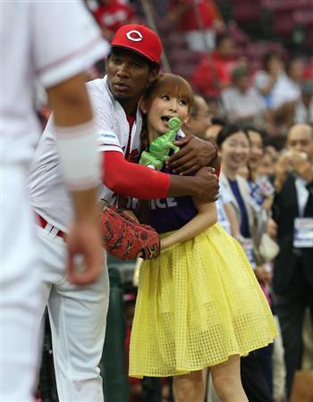 しょこたん、ノーバン始球式!「心臓が止まりそうで緊張しました」 。広島・ロサリオがキャッチボール中の中川翔子に抱きつき…しょこたんの叫びが聞こえそうです(サンスポ編集部) http://t.co/EYfm0OT5sn http://t.co/oQ3X37PIaE