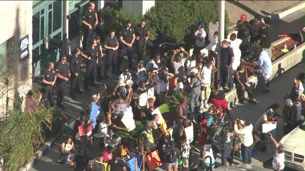 #BREAKING: @LAPDNewton officers blocking doors to headquarters from protesters upset over #EzellFord shooting. #KTLA http://t.co/ilLFlJbAzg