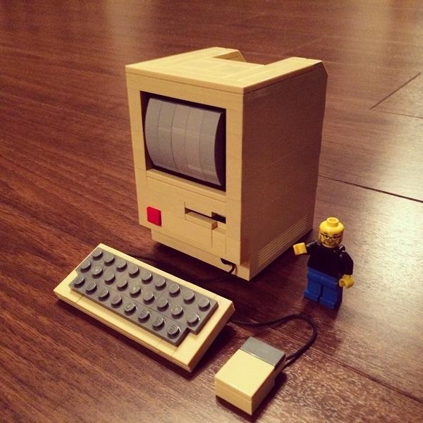 完成!LEGOで作る初代Macintosh!! 裏側の着脱可能な基盤、ブラウン管ディスプレイ、フロッピーディスクドライブ、マウスとキーボード等、細部まで作り込まれています。この... http://t.co/NdEb21xjRs http://t.co/E8EA1y3yc2