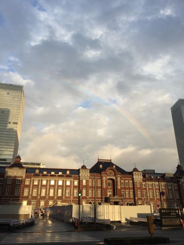 今日ししまいブースに来てくださったみなさん、どうもありがとうございます! お陰様で四季折々はほとんど旅立って行きました。これからも頑張ります! 明日は3日目、体調に気をつけて行きましょう! 東京では虹が出ていました。 http://t.co/FbyaUTafhJ