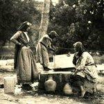 فتيات يستخرجن الماء من بئر. #حيفا، #فلسطين . ١٩٣٣ وبذكر #غزة اليوم تعاني نقصا في ماء شرب #غزة_تقاوم http://t.co/F63Ifa7ZKs