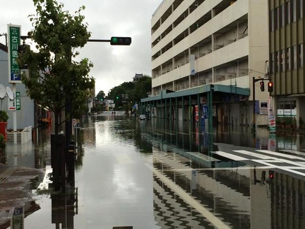 福知山は公共交通機関は全滅。 お城通りはこんな感じ。 http://t.co/bl8MSo8oFc