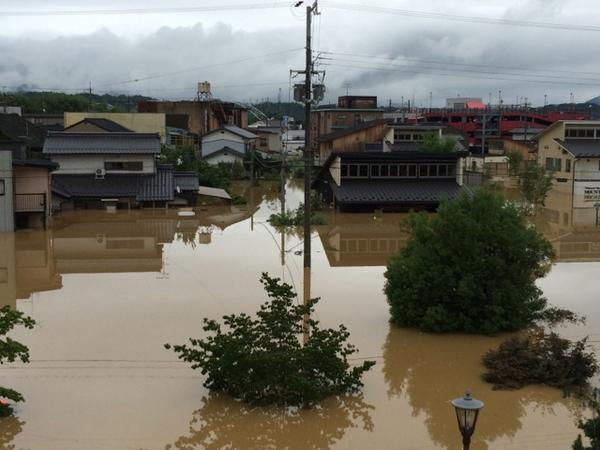 福知山冠水被害 福知山えきから見て城の反対側。 住宅の1階が水没。 http://t.co/mXnqFxiNIb