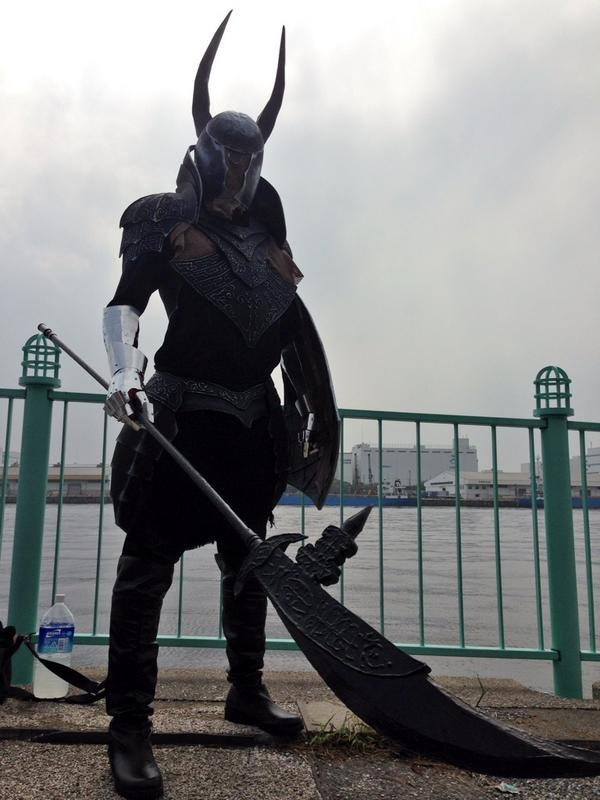 コスプレ広場にダークソウルの黒騎士が降臨してた #C86 http://t.co/mEUg8HQCzl