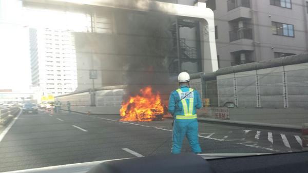 芝公園にてランボルギーニ大炎上。 http://t.co/mxuTra6K2E