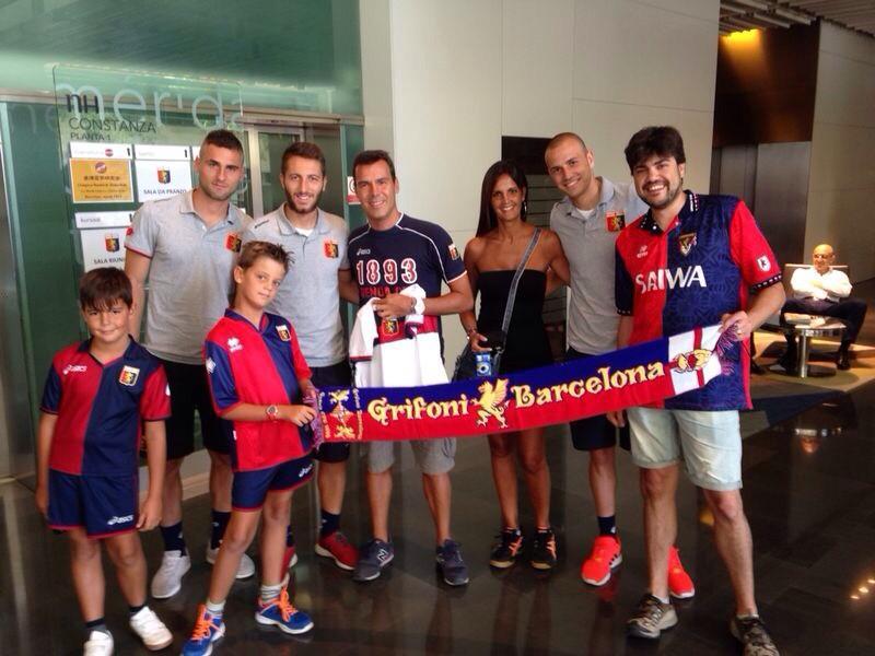 I @Grifoni_BCN incontrano il @GenoaCFC! #EspanyolGenoa #ForzaGenoa http://t.co/VadidVZkyx