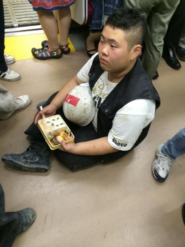 【ツイッター】満員電車の中で床に座って弁当食ってみた