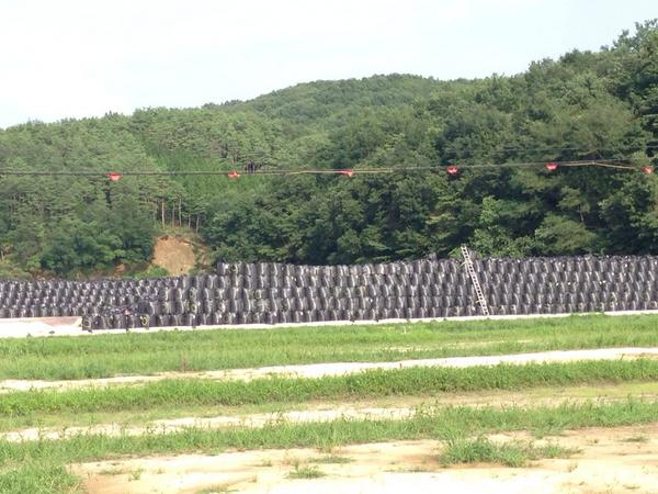 今年のお盆も祖父母のもとへ墓参りに行って来ました。その墓地から見える風景は、こんなでした。梯子が小さく見えるほど高く積まれた袋の中身は、政府と東電がぶち撒けた毒物です。 http://t.co/lxwMqlrE4z