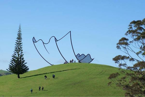 This outdoor sculpture by Neil Dawson looks like a cartoon. It's in a farm in New Zealand http://t.co/deedvhgqXs