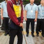 청와대 앞에서 100분째 유민아빠는 지팡이에 의지, 경찰이 길 열어주기만을 기다리고 있습니다. 마지막 버팀으로 보여집니다.ㅠ http://t.co/ctQZszWxql