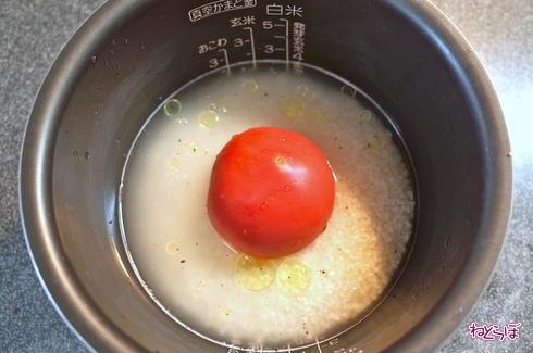 ねとめし: インパクトありすぎ! トマトを炊飯器にぶっ込んで炊くだけの「トマト丸ごとごはん」が意外なウマさだった - ねとらぼ http://t.co/Iw00I3jTll http://t.co/5Hv0eMclC7