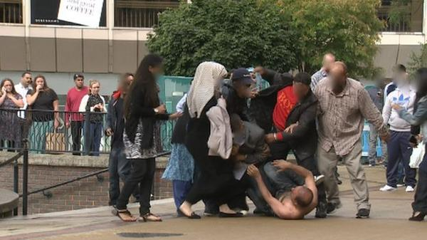 Luton 'family punch-up' leads to five arrests http://t.co/DxIyMD4y5J http://t.co/y1hWkiFlpr