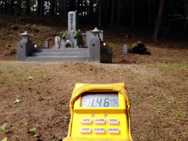 2014 8.13の飯舘村前田地区の除染後のお墓の線量。 http://t.co/uV8OCpbtQP