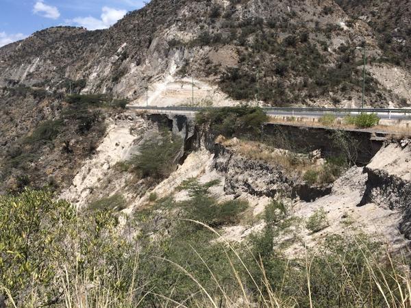 """""""@pcarvajal78: Tramo Oyacoto-Calderón presenta daños que deben ser reparados de forma inmediata @ObrasPublicasEc  http://t.co/2BcvarvOuY"""