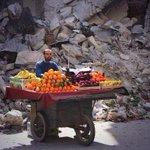 """""""Todos los días sale el sol y hay que vivir. Cueste lo que cueste"""". Vendedor de frutas en Siria. http://t.co/11qCVTM73q"""