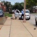 VIDEO Un jeune Noir tué en 15 secondes par la police aux Etats-Unis >> http://t.co/koBPWLfBv4 http://t.co/w1l5AuiIUI