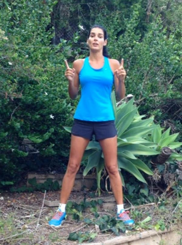 """""""I'm standing in a dry area that needs, uh, wetness."""" @Angie_Harmon's #ALSIceBucketChallenge: http://t.co/GBlnnBCxOQ http://t.co/RFBu1bQygK"""