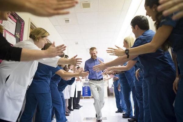 a picture you won't soon forget. dr kent brantly says good bye to the team that saved him. #ebola http://t.co/L7j66SUm4q