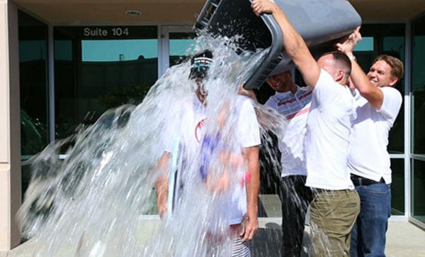 """""""Desafío del balde con hielo"""" ha desperdiciado más de 19 millones de litros de agua http://t.co/zOewsd1LWt http://t.co/PNEWEHSXdn"""
