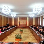 RT @boldlu: яг одоо БНХАУ-ын Дарга Си Зиньпинд Монгол Улсын Ерөнхий сайд Н.Алтанхуяг бараалхаж байна http://t.co/EdV4pdasuZ