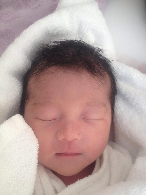 8月18日無事に可愛い女の子が産まれました! 自然分娩の立会い出産。妻は強く、優しく、美しかった。  臍の緒を切らせてもらった。自然と涙が込み上げた。 何となく土や潮の香りがした…自然な香りだ。 http://t.co/oWflmdt49x