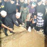 #MH17: Mastura Mustafas father Mustafa Abdul Samad sprinkles rose water on her grave  http://t.co/loAEis5BoN