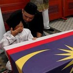 Allahu. This is such a heartbreaking. Tears drop. Al-Fatihah. #MH17 #MalaysiaBerkabung http://t.co/xMCNIlFcCa