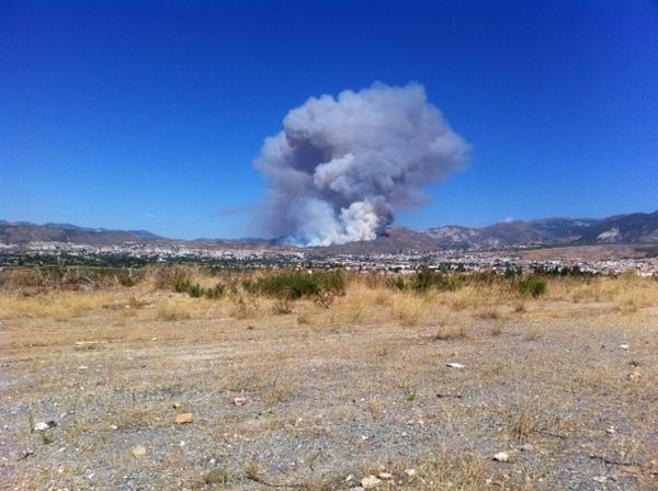 12 medios aéreos y cien efectivos terrestres luchan a estas horas por apagar el incendio de Cenes #IFCenesDeLaVega http://t.co/J2xClmVBLW