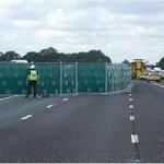 الشرطة البريطانية: تقرر وضع عوازل لإخفاء الحوادث على الطرق لمنع الإزدحامات التي يسببها وقوف الفضوليين لمشاهدة الحادث. http://t.co/GFtMbVDAaR