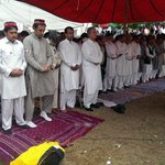 PTI Leaders offered Jumma prayers in Dharna.. imran Khan did not offer Juma prayers with them http://t.co/BZpTjboaum