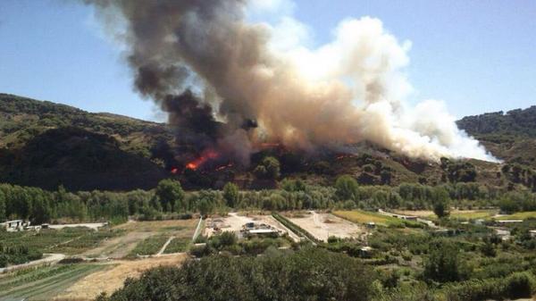 RT @E112Andalucia: Cortada la carretera A-395 por un incendio forestal en Cenes de la Vega, #Granada http://t.co/HVWRf23BG1