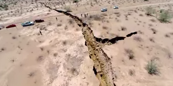 wow: A giant crack has appeared in the earth in Mexico http://t.co/Q6m6hp3VLt http://t.co/GNjvruX1xX