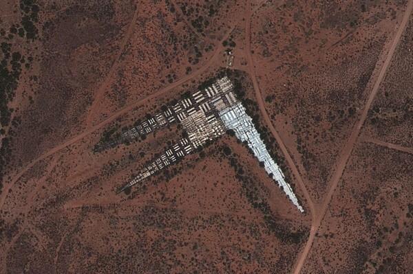 ここが衛星の分解能の精度を測定する地上サイト。視力検査チャートのようなもの。http://t.co/kWXAlLvC86 http://t.co/TktBr5OFpH
