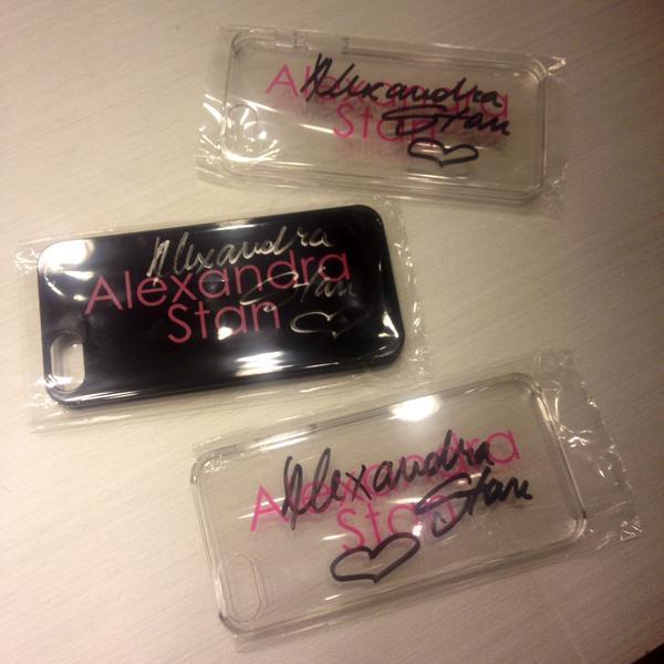 再ツイート!今日はアレクサンドラ・スタンの直筆サイン入りiPhoneケースを3名様にプレゼント!!http://t.co/nfPnMvpDUh   #tokyofm #radiko #AlexandraStan http://t.co/c9bcmU5Cdi