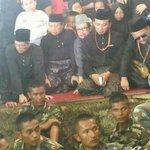 Sorry YB. Candid @PetraJayaMP di pengkebumian Almarhumah Ariza dn anaknya Afif #MH17 #MalaysiaBerkabung http://t.co/stLbylknz9