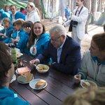 Олег Морозов и дружеская беседа за обедом с участниками #ПоколениеЗнаний на Селигер-2014 http://t.co/18mxvaYSKt