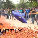 RT @RT_russian: Недовольные санкциями испанские фермеры устроили акцию перед зданием местных властей (ВИДЕО) http://t.co/4spNt3tyKi http://t.co/uGLmOiuomY