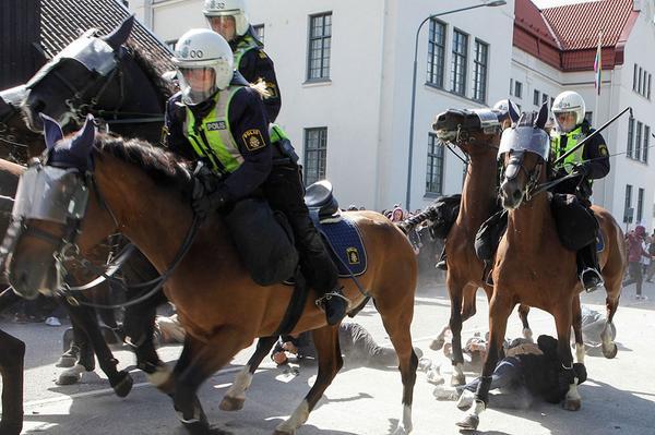 JUST NU: Ridande polis attackerar motdemonstranter under Svenskarnas partis torgmöte i Malmö. http://t.co/uCccDi2BQg http://t.co/lpEhWqTcM6