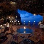 【絶景】イタリア南部の海に面した洞窟レストラン http://t.co/IUbdogUtkI アドリア海に面した「グロッタ・パラッツェーゼ」というレストラン。洞窟に打ち付ける波を見ながら、優雅なディナーが味わえる。 http://t.co/vOAmAWL4nt