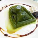 【凝ってる】食べたら中から埋葬者、島根県立古代出雲歴史博物館「古墳ゼリー」 http://t.co/vmqbW5tOru 前方後円墳を型どったゼリー。中から埋葬者を模したグミが出てくるというこだわり。価格500円。9月15日まで。 http://t.co/2oZFxN1KKw